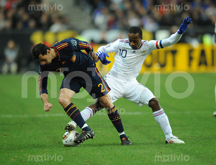 Fussball International Testspiel 03.03.2010 Frankreich - Spanien  Alvaro Arbeloa (ESP links) gegen Sidney Govou (FRA rechts)