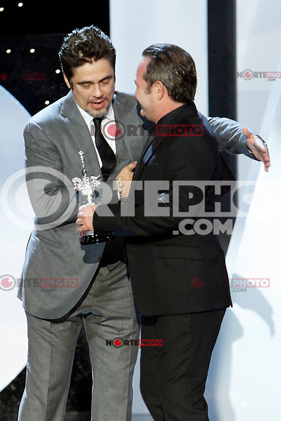 Jorge Perugorria give the Donostia Prize to Benicio del Toro during the 62st San Sebastian Film Festival in San Sebastian, Spain. September 26, 2014. (ALTERPHOTOS/Caro Marin)