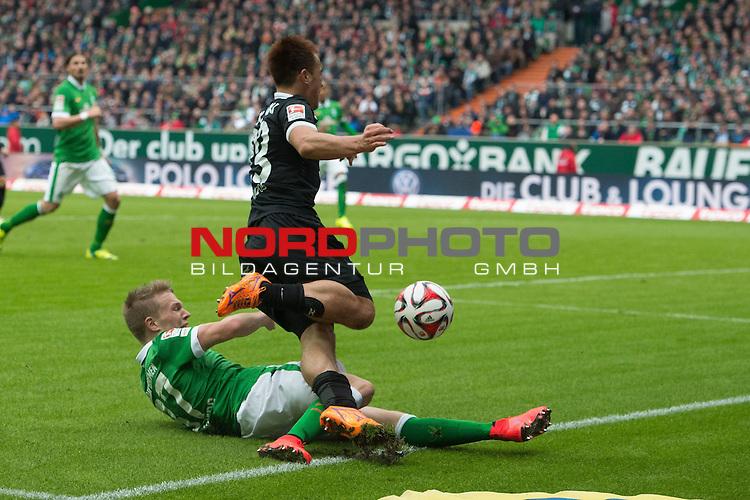 04.04.2015, Weser Stadion, Bremen, GER, 1.FBL. Werder Bremen vs 1. FSV Mainz 05, im Bild<br /> <br /> <br /> Janek Sternberg (Bremen #37) rettet kurz vor Schluss vor Ja-Cheol Koo (FSV Mainz 05 #13)<br /> <br /> <br /> Foto &copy; nordphoto / Kokenge