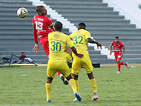 TUNJA - COLOMBIA -06-02-2016: Jorge Ramirez (Izq.) jugador de Patriotas FC, disputa el balón con Luis Payares (Der.) jugador de Atletico Bucaramnga, durante  partido Patriotas FC y Atletico Bucaramnga, por la fecha 2 de la Liga de Aguila I 2016 en el estadio La Independencia en la ciudad de Tunja / Jorge Ramirez (L) of Patriotas FC, figths the ball with con Luis Payares (R) player of Atletico Bucaramnga, during a match Patriotas FC and Atletico Bucaramnga, for date 2 of the Liga de Aguila I 2012 at La Independencia stadium in Tunja city. Photo: VizzorImage  /  Cesar Melgarejo / Cont.