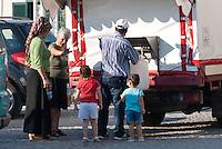 Distribuzione dell'acqua potabile tramite un camion cisterna a Badolato lungo la strada che conduce al bacino artificiale della diga<br /> dell'Alaco. Badolato (Catanzaro), 7 agosto 2011.<br /> Distribution of drinking water by tanker truck in Badolato along the road to the reservoir created by the Alaco dam. Badolato (Catanzaro), August 7, 2011