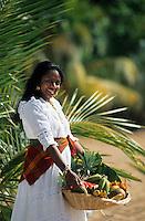 """Europe/France/DOM/Antilles/Petites Antilles/Guadeloupe/Deshaie : Restaurant """"Karacoli"""" à Grande Anse - Mme Lucienne Salcede membre de l'association des cuisinières [Autorisation : 219] et une corbeille ed fruits exotiques"""