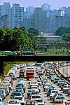 Congestionamento de trânsito na Avenida 23 de Maio. São Paulo. 1985. Foto de Juca Martins.
