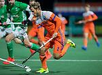 AMSTELVEEN - Jeroen Hertzberger (Ned) met Paul Gleghorne (IRE)   tijdens de hockeyinterland Nederland-Ierland (7-1) , naar aanloop van het WK hockey in India.  COPYRIGHT KOEN SUYK