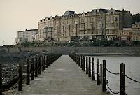 - Weston-super-Mare bathing town, on the south coast....- la città balneare di  Weston-super-Mare, sulla costa meridionale