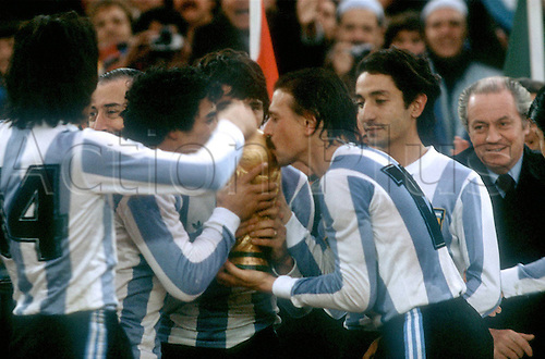 25.06.1978  Argentina wins the world cup final and the cup is kissed by Omar Larrosa.  River Plate Stadium. World Cup football final 1978