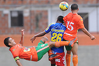 ENVIGADO - COLOMBIA-13-04-2013: Andres Orozco (Izq.) y Ricardo Delgado (Der.) jugadores del Envigado F C, disputa el balón con Nicolas Palacios (Cent.), del Deportivo Pasto durante partido en el estadio Polideportivo del Sur de la ciudad de Envigado, abril 13 de 2013. Envigado FC empató a un gol con el Deportivo Pasto, en partido por la décima fecha de la Liga Postobon I. (Foto: VizzorImage / Luis Rios / Str). Andres Orozco (L) and Ricardo Delgado (R) players of Envigado F C, vies for the ball with Nicolas Palacios (C) of Deportivo Pasto during a game in Polideportivo del Sur Stadium in the city of Envigado, April 13, 2013. Envigado FC tied one to one goal with Deportivo Pasto, in the tenth match of the League date Postobon I. (Photo: VizzorImage / Luis Rios / Str)..