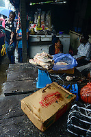 NIGERIA, Lagos, Frozen Food, selling of illegal imported chicken meat from US on the Ijora market, the meat is smuggled from Benin / NIGERIA LAGOS, Ijora Markt , Verkauf von illegal importiertem Huehnerfleisch aus den USA, das Fleisch wird aus Benin nach Nigeria geschmuggelt