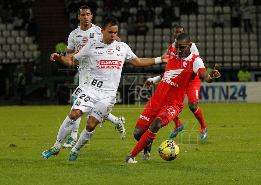 MANIZALES -COLOMBIA, 26-04-2014. Marlon Piedrahita (Izq.) de Once Caldas disputa el balón con Dairon Mosquera (Der.) de Independiente Santa Fe  válido por los curates de Final de la Liga Postobón I 2014 jugado en el estadio Palogrande de la ciudad de Manizales./ Once Caldas player  Marlon Piedrahita (L) fights for the ball with Independiente Santa Fe player Dairon Mosquera ( R) during match for the quarter-finals of the Postobon  League I 2014 at Palogrande stadium in Manizales city. Photo: VizzorImage/Santiago Osorio/STR