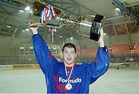 IJSHOCKEY: EINDHOVEN: 2002, Formido Flyers winnen de Bekerfinale, Hans Kroon met de Beker, ©foto Martin de Jong