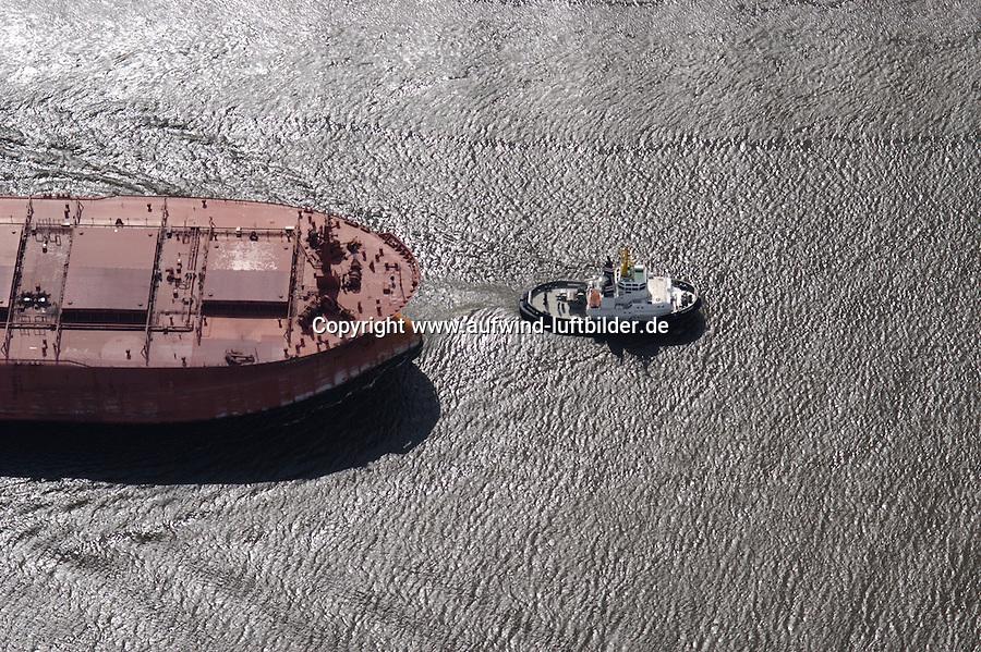 Deutschland, Hamburg, Hafen, Schifffahrt, Schlepper, Erzfrachter, Hansaport, Schlepper zieht Erzfrachter aus dem Köhlbrand in die Elbe, Accurat