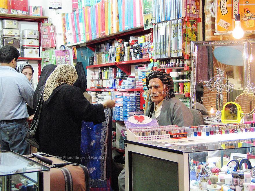 Iran 2004 Sanandaj: marchand dans sa boutique du bazar.<br /> Iran 2004 Sanandaj: merchant in the bazaar
