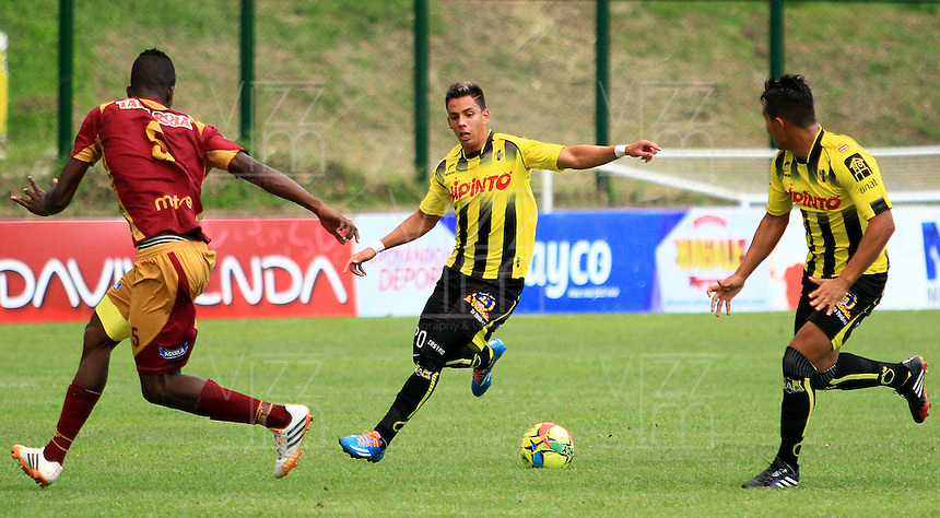 FLORIDABLANCA -COLOMBIA, 02-11-2014.  Alex Castro (C)  y Nelson Barahona (Der) jugadores de Alianza Petrolera disputa el balón con Julian Quiñonez (Izq) de Deportes Tolima durante encuentro  por la fecha 17 de la Liga Postobon II 2014 disputado en el estadio Alvaro Gómez Hurtado de la ciudad de Floridablanca./ Alex Castro (C) and Nelson Barahona (R) players of Alianza Petrolera fights for the ball with Julian Quiñonez (L) player of Deportes Tolima during match for the 17th date of the Postobon League II 2014 played at Alvaro Gomez Hurtado stadium in Floridablanca city Photo:VizzorImage / Duncan Bustamante / STR
