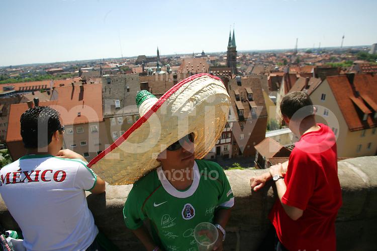 Fussball WM 2006        Mexiko - Iran Mexikanische Fans geniessen die Aussicht auf die Nuernberger Altstadt, vor Spielbeginn.