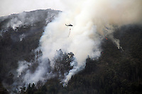 COTA-COLOMBIA-12-01-2013.Helicópteros de la Fuerza Aérea Colombiana lanzan agua sobre el incendio forestal en los cerros.Helicopters Colombia Air Force throw water on the forest fire in the hills... (Photo:VizzorImage/Felipe Caicedo).