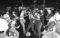 Jos&eacute; Heder Benatti, lideran&ccedil;a estudantil tenta conter a viol&ecirc;ncia dos PMs.<br /> Estudantes se mobilizam na luta pela meia passagem pulando a roleta dos &ocirc;nibus durante v&aacute;rios protestos pela cidade e s&atilde;o reprimidos pela pol&iacute;cia militar.<br /> Bel&eacute;m, Par&aacute;, Brasil.<br /> Foto Paulo Santos <br /> 1984