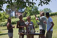 Europe/Europe/France/Midi-Pyrénées/46/Lot/Parnac: Dégustation à la propriété avec le vigneron Bernard Bouyssou- Le Château Armandière  AOC Cahors dispose d'un ponton ou les bateaux qui font du tourisme fluvial peuvent s'amarrer [Autorisation : 2011-106] [Autorisation : 2011-107] [Autorisation : 2011-108]
