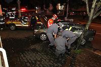 SAO PAULO, SP, 23 FEVEREIRO 2013 - ACIDENTE AV BRASIL. Duas pessoas ficaram feriadas apos um acidente que aconteceu na madrugada desse Sabado (23) na Av. Brasil com a Rua Veneza. Dois carros colidiram, um deles fugiu do local, mas a policia conseguiu dete-lo quando entrava na garagem de um predio na Av Joaquim Eugenio de Lima n 800 em Cerqueira Cesar. As vitimas ficaram presas as ferragens e foram socorridas pelos Bombeiros. FOTO: LUIZ GUARNIERI/ BRAZIL PHOTO PRESS.