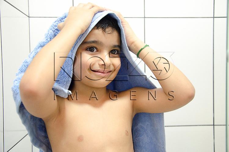 Crian&ccedil;a secando a cabe&ccedil;a, S&atilde;o Paulo - SP, 10/2012. <br />  - Uso de imagem autorizado