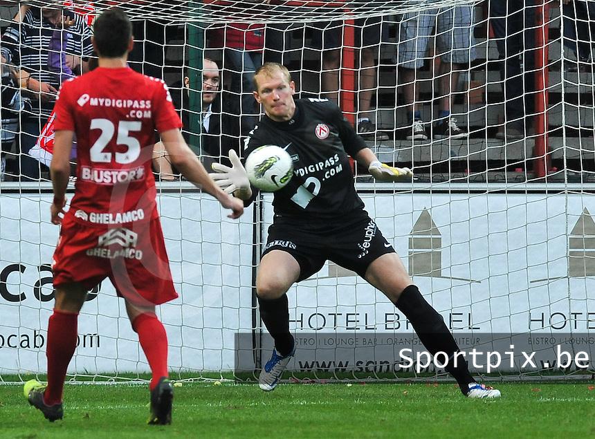KV Kortrijk : Kristof Van Hout met de redding.foto VDB / BART VANDENBROUCKE