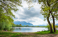 Germany, Bavaria, Chiemgau, near Uebersee-Feldwies: idyllic bay near hotel 'Chiemgauhof', at background Chiemgau Alps | Deutschland, Bayern, Chiemgau, bei Uebersee-Feldwies: kleine idyllische Bucht beim Chiemgauhof, im Hintergrund die Chiemgauer Alpen