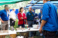 King Carl Gustav and Queen Silvia visiting camp kitchen. Photo: Mikko Roininen / Scouterna