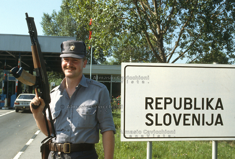 Luglio 1991, Militari al confine di Lazzaretto durante la guerra d'indipendenza Slovena.<br /> July 1991,  Military on the border of Lazzaretto during the war for independence of Slovenia.