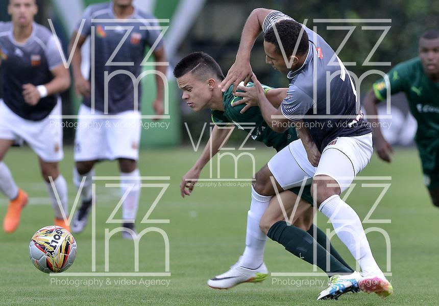 BOGOTÁ -COLOMBIA, 02-07-2016. Walmer Pacheco (Izq) de La Equidad disputa el balón con Ray Vanegas (Der) de Envigado FC durante partido por la fecha 1 de la Liga Águila II 2016 jugado en el estadio Metropolitano de Techo de la ciudad de Bogotá./ Walmer Pacheco (L) player of La Equidad fights for the ball with Ray Vanegas (R) player of Envigado FC during the match for the date 1 of the Aguila League I 2016 played at Metropolitano de Techo stadium in Bogotá city. Photo: VizzorImage/ Gabriel Aponte / Staff