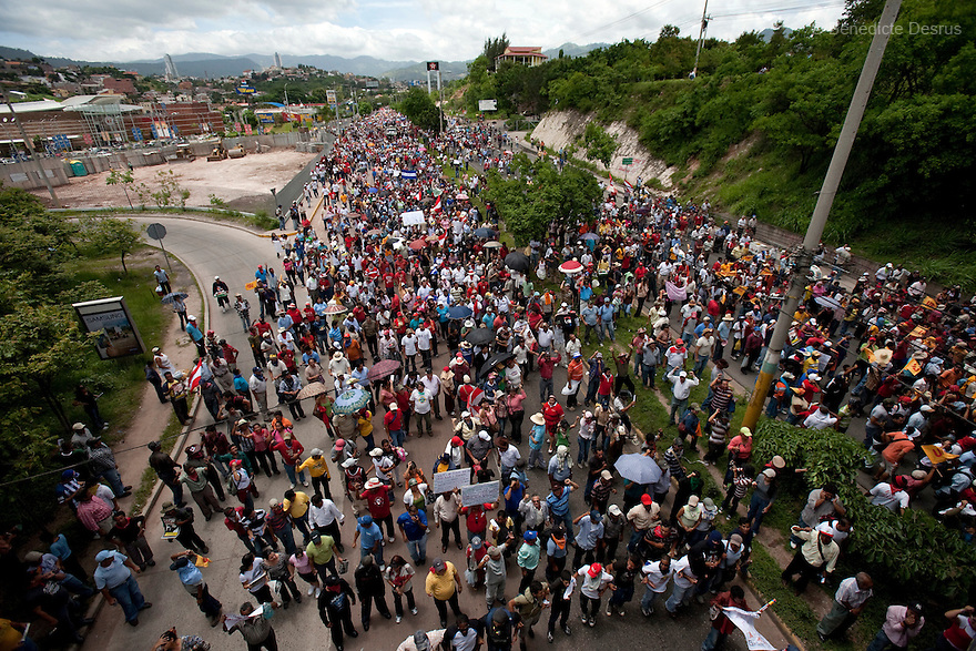 5 July 2009 - Tegucigalpa, Honduras - Thousands of supporters of ousted Honduras' President Manuel Zelaya march towards the international airport in Tegucigalpa to greet the return of ousted Honduran President Manuel Zelaya. Zelaya turned back from an attempted return home on Sunday after soldiers clashed with his supporters as he tried to land, fueling tensions over the coup that toppled him. Photo credit: Benedicte Desrus