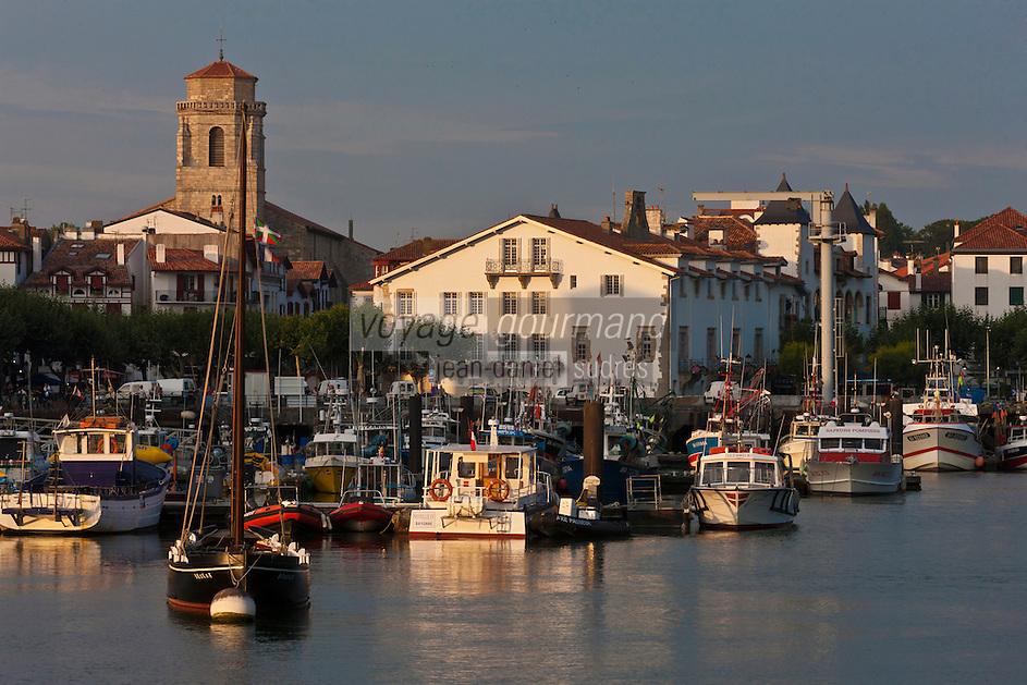 Europe/France/Aquitaine/64/Pyrénées-Atlantiques/Pays-Basque/Saint-Jean-de-Luz: Lumière du soir sur le port de pêche et l'église Saint-Jean-Baptiste