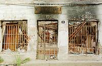 Im Zuge der Vertreibung der kosovo-albanischen Bevoelkerung aus Gjakova, serbisch Djakovice, wurde fast die gesamte Altstadt von serbischer Armee und Sondertruppen, mit Unterstuetzung russischer Soldaten, niedergebrannt.<br /> Hier: Niedergebranntes Geschaeft in der Altstadt.<br /> Gjakova (Djakovice)/Jugoslawien, 1.8.1999<br /> Copyright: Christian-Ditsch.de<br /> [Inhaltsveraendernde Manipulation des Fotos nur nach ausdruecklicher Genehmigung des Fotografen. Vereinbarungen ueber Abtretung von Persoenlichkeitsrechten/Model Release der abgebildeten Person/Personen liegen nicht vor. NO MODEL RELEASE! Don't publish without copyright Christian-Ditsch.de, Veroeffentlichung nur mit Fotografennennung, sowie gegen Honorar, MwSt. und Beleg. Konto: I N G - D i B a, IBAN DE58500105175400192269, BIC INGDDEFFXXX, Kontakt: post@christian-ditsch.de<br /> Urhebervermerk wird gemaess Paragraph 13 UHG verlangt.]