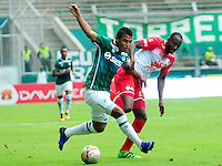 CALI -COLOMBIA-10-04-2016. Cesar Amaya (Izq) del Deportivo Cali disputa el balón con Juan D Valencia (Der) de Independiente Santa Fe durante partido por la fecha 12 de la Liga Águila I 2016 jugado en el estadio Palmaseca de Cali./ Cesar Amaya (L) player of Deportivo Cali fights for the ball with Juan D Valencia (R) player of Independiente Santa Fe during match for the date 12 of the Aguila League I 2016 played at Palmaseca stadium in Cali. Photo: VizzorImage/ NR / Cont