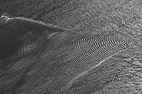Wellen auf der Nordsee: EUROPA, DEUTSCHLAND, SCHLESWIG- HOLSTEIN, SYLT(GERMANY), 18.05.2004: Wellen auf der Nordsee. Ein Sand zerteilt die Stöhmung,