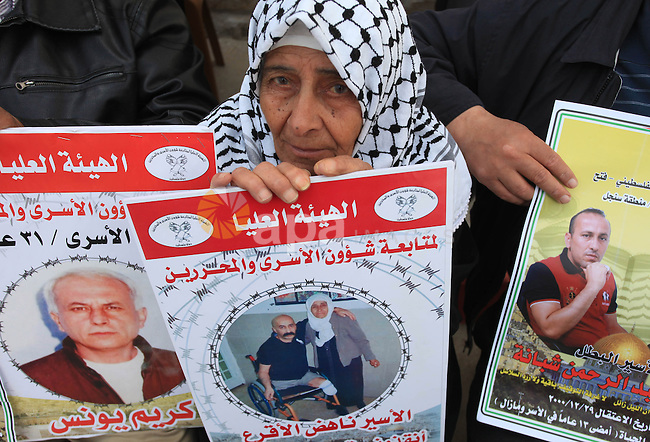 Palestinians take part in a protest demanding the release of their relatives prisoners held in Israeli jails, in front of the Red Cross office in the West Bank city of Ramallah, on April 01, 2014. Photo by Issam Rimawi