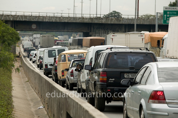 Typical traffic jam in Sao Paulo: one of the main reasons why those with money, unwilling to waste hours a day locked between exhaustion pipes and the threatening urban violence, are switching to helicopters instead..photo: Eduardo Martino - 24.01.2008