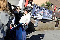 Roma, 7 Dicembre 2016<br /> Presidio contro lo sfratto di Roberta Maggi una donna disoccupata con 2 bambini in Via Fillia, periferia di Roma.<br /> Nel presidio la deputata Roberta Lombardi del Movimento 5 Stelle che per prevenire lo sfratto  nel luglio 2015 aveva stabilito la sua residenza parlamentare presso l'abitazione della signora Maggi.<br /> <br /> <br /> Gli immobili dei Piani di Zona sono stati realizzati per essere assegnati a famiglie in emergenza abitativa, su terreno del Comune di Roma e con il contributo di finanziamenti pubblici. Ma gli inquilini o gli acquirenti subiscono sfratti per morosità dopo aver pagato per anni dei canoni di locazione o prezzi di vendita molto più alti di quelli del libero mercato, talvolta per alloggi senza abitabilità, senza servizi e senza allaccio in fogna.