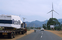 INDIA, Tamil Nadu, Kanyakumari, Cape Comorin, Muppandal, transport of power house for Vestas RRB wind turbine to construction site, Vestas RRB is an indian danish joint venture / INDIEN Kanniyakumari, Kap Komorin, Transport eines Vestas Turbinenhauses zur Baustelle einer Windkraftanlage