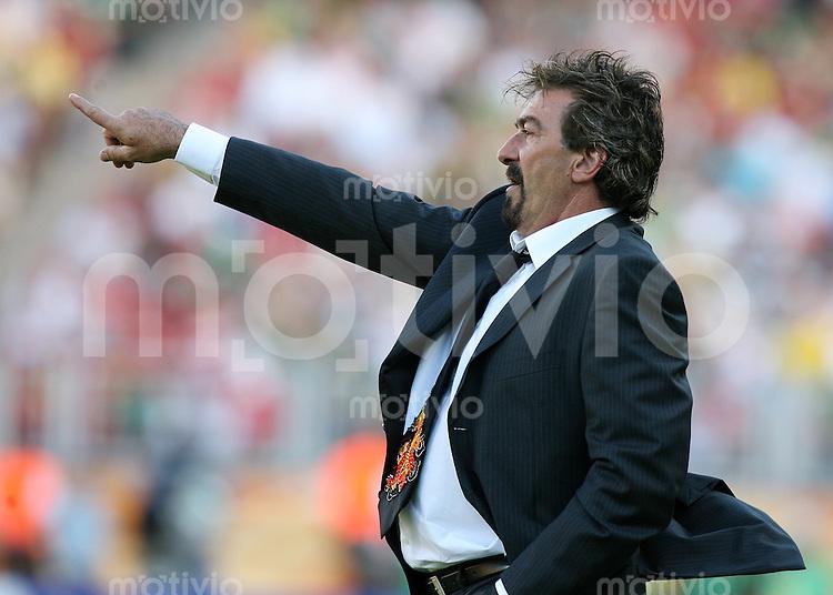 Fussball WM 2006  Gruppenspiel  Vorrunde 1  Gruppe D Mexiko 3-1 Iran MEX Trainer Ricardo La Volpe zeigt