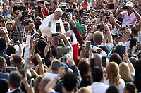 Papa Francesco saluta i fedeli al suo arrivo all'udienza generale del mercoledi' in Piazza San Pietro, Citta' del Vaticano, 25 settembre 2019.<br /> Pope Francis waves to faithful as he arrives to lead his weekly general audience in St. Peter's Square at the Vatican, on September 25, 2019.<br /> UPDATE IMAGES PRESS/Isabella Bonotto<br /> <br /> STRICTLY ONLY FOR EDITORIAL USE