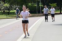 ATENCAO EDITOR: FOTO EMBARGADA PARA VEICULOS INTERNACIONAIS. SAO PAULO, SP, 13 DE DEZEMBRO DE 2012 - Paulistano vive manha quente e ensolarada no Parque do Ibirapuera, regiao sul da capital, nesta quinta feira, 13.. FOTO: ALEXANDRE MOREIRA - BRAZIL PHOTO PRESS.
