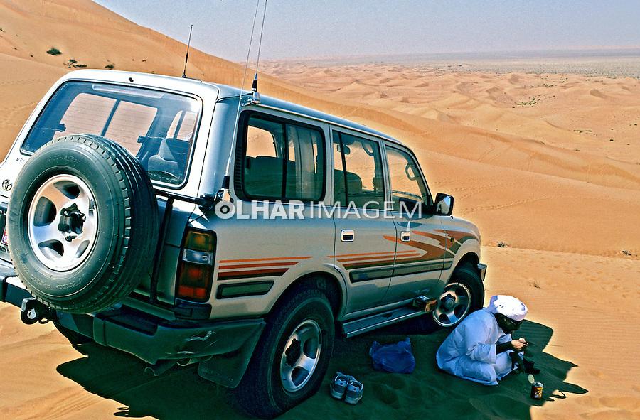 Àrabe no deserto, Abu Dhabi, Emirados Árabes. 2001. Foto de Ricardo Azoury.