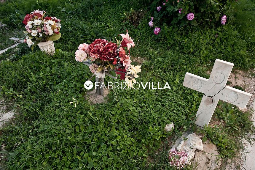 Lampedusa,  nel cimitero dei senza nome.  Tombe e fosse comuni degli immigrati senza nome che muoiono cercando di raggiungere l'isola.              .
