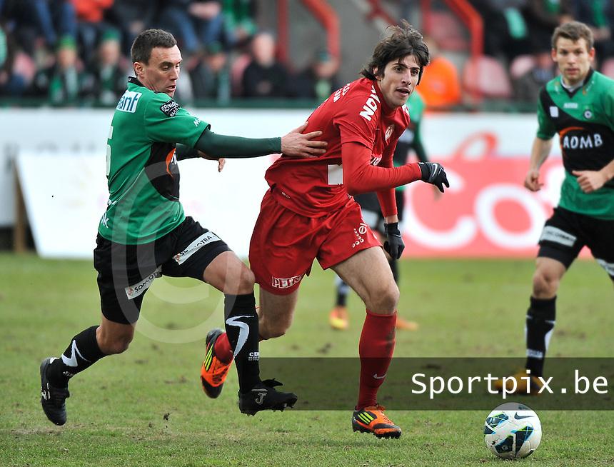 KV Kortrijk - Cercle Brugge : Pablo Chavarria aan de bal voor Arnar Vidarsson.foto VDB / BART VANDENBROUCKE