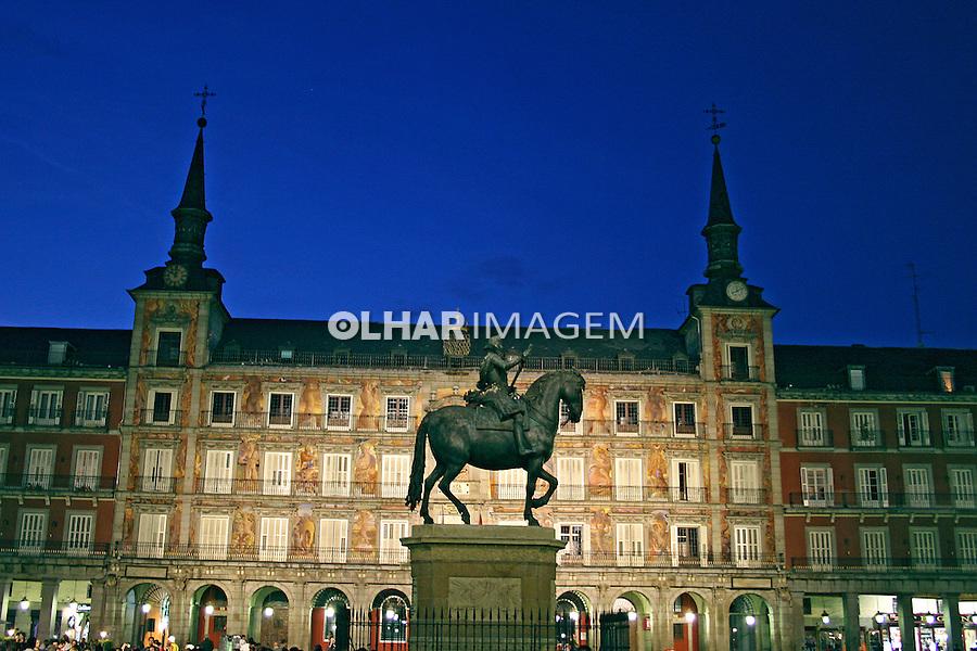 Estátua de FelipeIII e Casa de la Panaderia na Plaza Mayor. Madri. Espanha. 2007. Foto de Marcio Nel Cimatti.