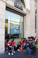 Roma 10 Ottobre 2011.Circa 50 persone del Comitato popolare di lotta per la casa sono accampati  davanti la Prefettura in attesa di risposte ai problemi abitativi