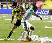 CALI -COLOMBIA-11-12-2013. Yerson Candelo (Der) jugador del Deportivo Cali disputa el balón con Sherman Cardenas (Izq) jugador de Atlético Nacional durante partido de ida por la final de la Liga Postobón II 2013 jugado en el estadio Pascual Guerrero de la ciudad de Cali./ Yerson Candelo (R) player of Deportivo Cali vies for the ball with Sherman Cardenas (L) player of Atletico Nacional during the first leg match for the final of the Postobon  League II 2013 at Pascual Guerrero stadium in Cali city.  Photo: VizzorImage/Juan C. Quintero/STR