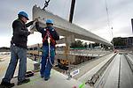 AMSTERDAM - In Amsterdam-Noord plaatsen medewerkers van Ballast Nedam de eerste liggers van het nieuwe viaduct over de Noord/Zuidlijn bij het metrostation Johan van Hasseltweg. Het oude viaduct is het afgelopen jaar gesloopt waarna het verkeer over tijdelijke bruggen geleid is, en funderingen zijn aangelegd voor het nieuwe viaduct waarin het metrostation is opgenomen. De bijna tien kilometer lange ondergrondse metrolijn moet in 2011 klaar zijn, gaat ongeveer 1,5 miljard euro kosten en moet het reizen in de stad aantrekkelijker en sneller maken voor bewoners en toeristen. COPYRIGHT TON BORSBOOM
