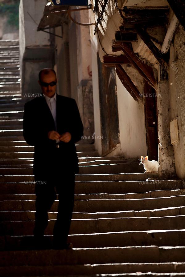 Algerie. Alger. 12 juin  2011. Une homme descend les escaliers d'une ruelle de la Casbah.<br /> <br /> <br /> Algeria, Algiers. June 12th 2011. A man walks down the stairs of an alleyway in the Kasbah.