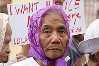 BEN01 MANILA (FILIPINAS) 02/03/11.- Narcisa Claveria, de 80 años y ex esclava sexual por las tropas japonesas de ocupación en Filipinas durante la II Guerra Mundial, participa en una protesta en Manila, Filipinas, hoy miércoles 02 de marzo de 2011 con motivo de la próxima celebración del Día Internacional de la Mujer el 08 de marzo. Las mujeres filipinas forzadas a ser esclavas sexuales durante la guerra llevan décadas pidiendo una disculpa oficial de Japón y indemnización para las víctimas. EFE/BEN HAJAN..