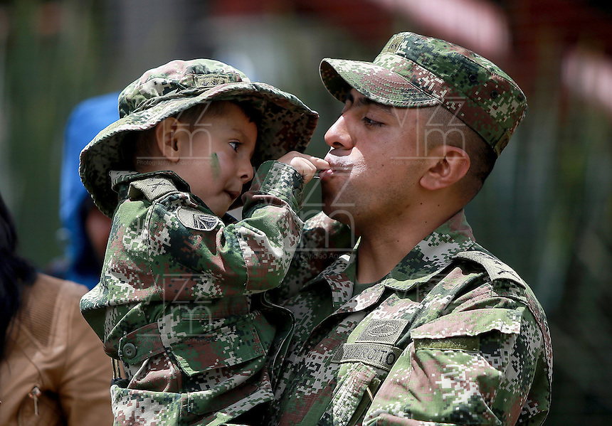 BOGOTA - COLOMBIA - 20 -07 - 2016: Un niño y su padre durante la ceremonia con motivo del 206 aniversario del Dia de la Independencia Nacional. / A boy and his father during the ceremony to mark the 206 anniversary of the National Independence Day. Photo: VizzorImage / Ivan Valencia / Cont